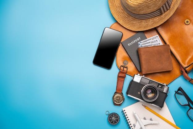 Costumi accessori da viaggio. passaporti, bagagli, il costo delle mappe di viaggio preparate per il viaggio