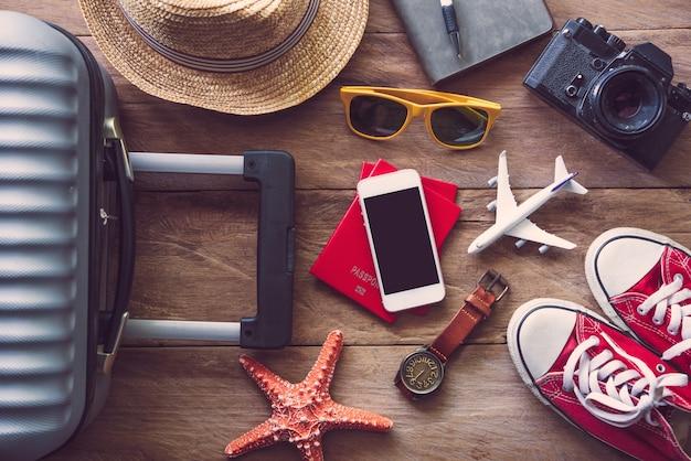 Accessori da viaggio sul pavimento in legno pronti per il viaggio