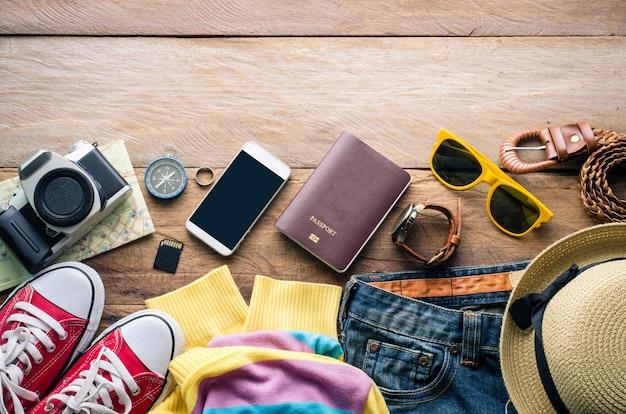 Accessori da viaggio sul pavimento in legno pronto per il viaggio