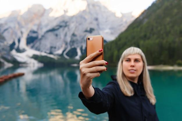 Viaggi e avventure. la viandante di viaggio fa la foto del selfie sullo smartphone su bello paesaggio