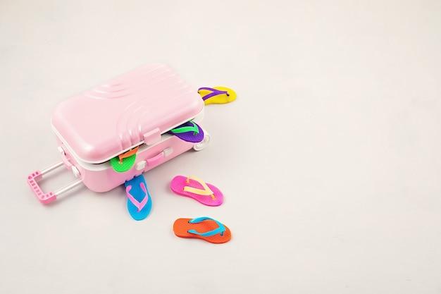 Valigia bagaglio da viaggio con accessori per le vacanze estive. vacanze estive, viaggi in paesi tropicali, mare, concetto di stile estivo. vista dall'alto, piatto