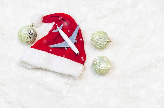 Viaggio per natale. aereo con decorazioni natalizie. messa a fuoco selettiva.vacanze
