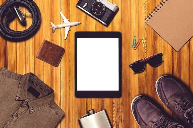 Composizione di viaggio con abbigliamento e attrezzatura da viaggio