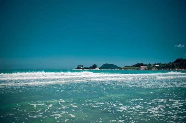Concetto di viaggio - estate spiaggia con nuvole e cielo blu