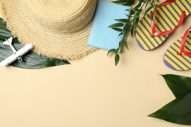 Concetto di viaggio su sfondo beige, spazio per il testo
