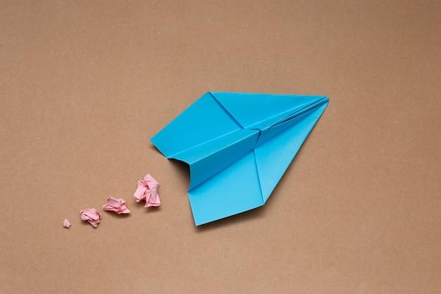 Aeroplani di carta di concetto di viaggio