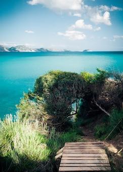 Concetto di viaggio - isola paradisiaca, mare, cielo, estate
