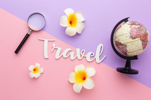 Concetto di viaggio con fiori e globo