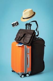 Concetto di viaggio con assortimento di valigie