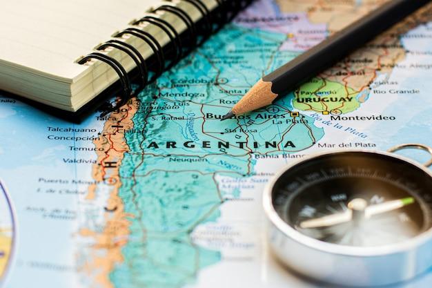 Attrezzatura da viaggio sulla mappa dell'argentina. concetto economico e commerciale.