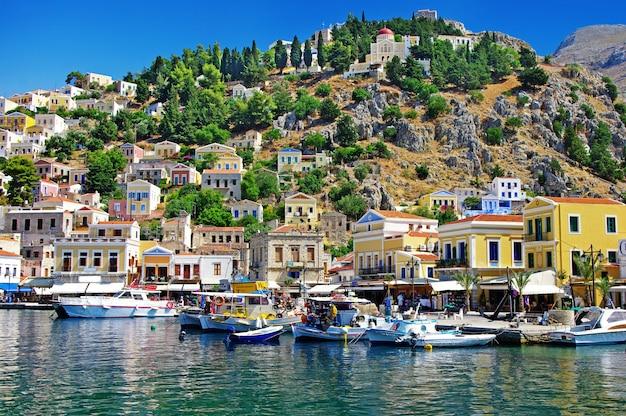 Viaggio in grecia - colorata isola di simi (symi) vicino a rodi, dodecaneso