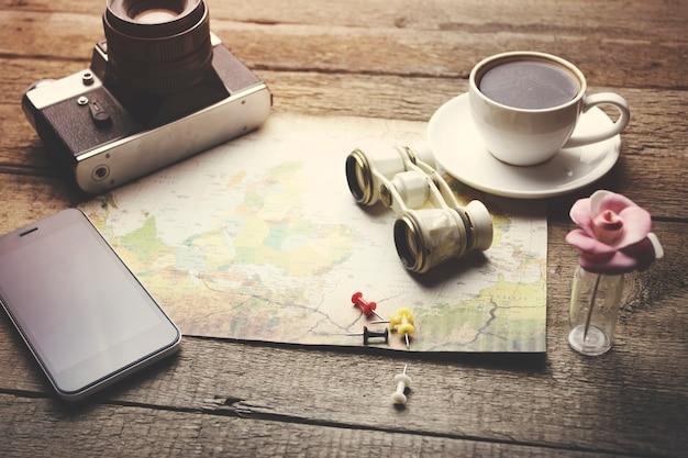 Articoli da viaggio: binocolo, mappa, caffè, macchina fotografica e telefono