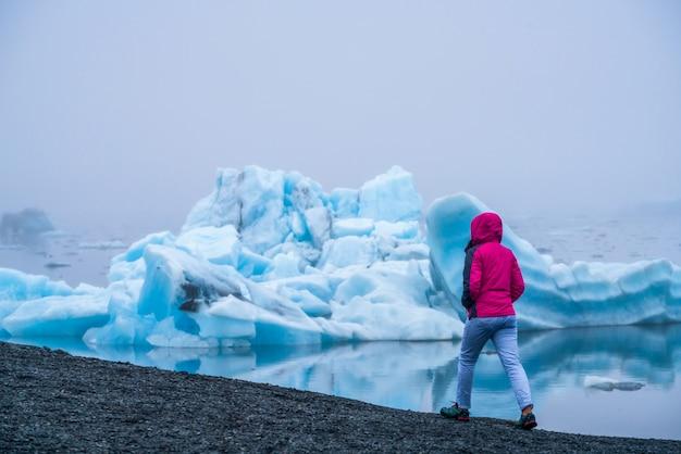 Viaggia nella laguna glaciale di jokulsarlon in islanda.