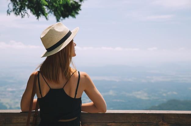Concetto di stile di vita di viaggio bella giovane donna in montagna