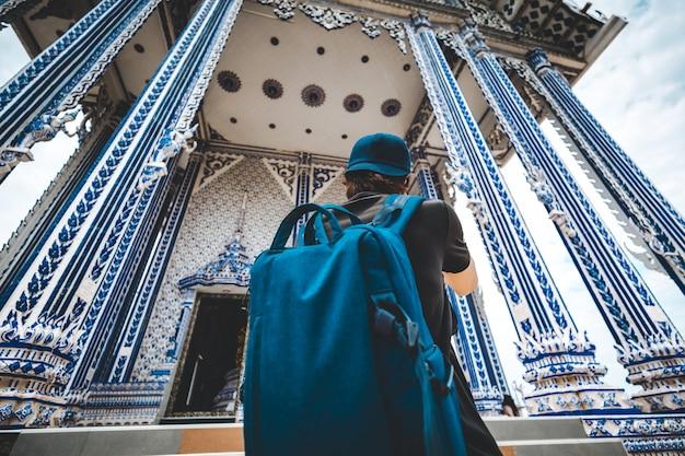 Uomo di viaggio e tempio tailandese