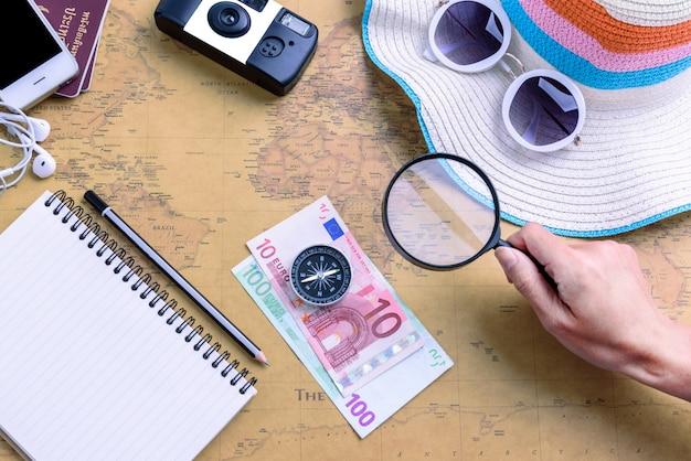 Pianificatore di viaggio con tutte le attrezzature accessorie per viaggi, vacanze di viaggio, turismo mockup - equipaggiamento del viaggiatore