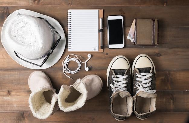 Preparazioni di viaggio sul tavolo di legno
