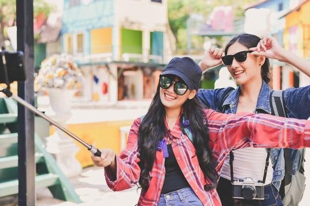 Viaggi e concetti rilassanti, i turisti stanno scattando foto in città.