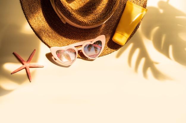 Accessori da viaggio estivi e crema solare