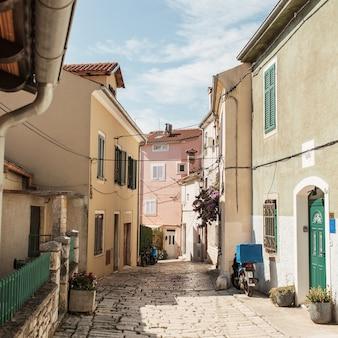 Concetto di viaggio estivo. vista sulla città vecchia dell'europa, croazia, rovigno.
