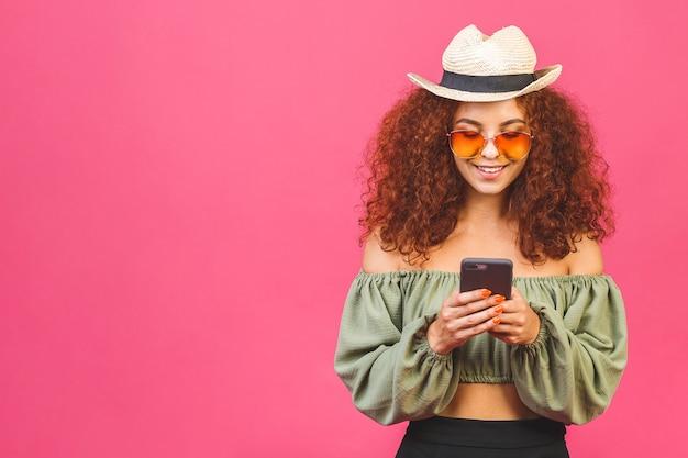 Viaggio estate concetto elegante ragazza riccia o donna in un cappello di paglia