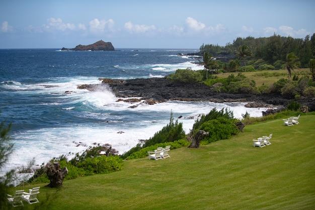 Viaggia il concetto di sfondo delle vacanze estive in spiaggia con la scena tropicale del cielo soleggiato delle vacanze su s...