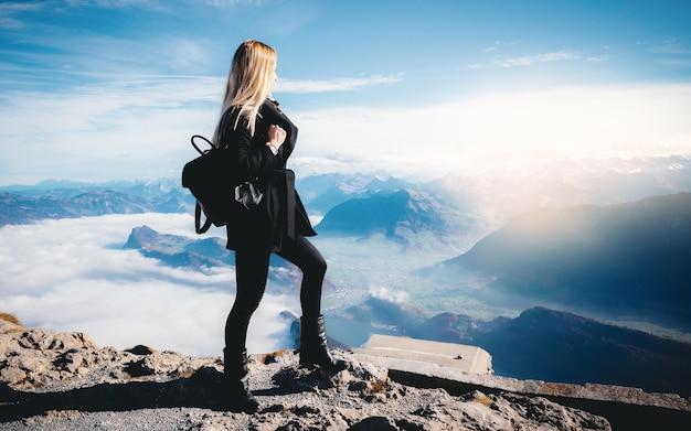 Foto delle vacanze di viaggio turismo montagne - ragazza con zaino che cammina e fa un'escursione sulle alpi