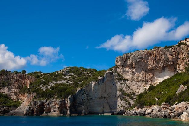 Viaggi e concetto turistico - grotte blu sull'isola di zante, grecia