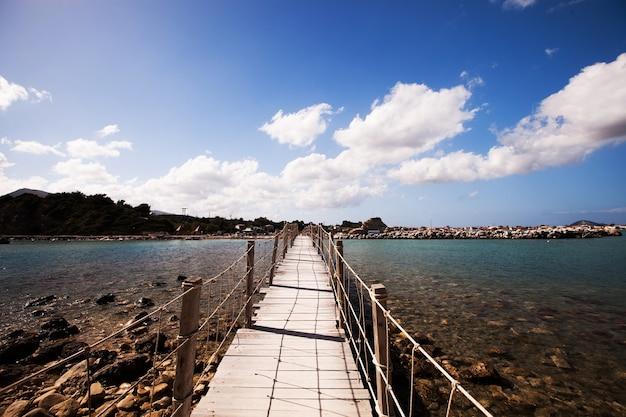 Concetto di viaggio e vacanza - ponte di legno, mare, estate, vacanza, tempo felice
