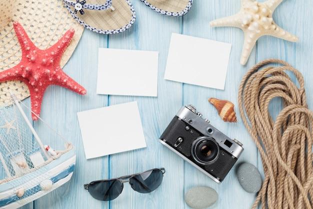 Cornici e oggetti per foto di viaggio e vacanza su tavola di legno. vista dall'alto