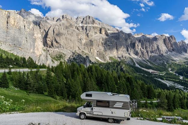 Viaggia con una vacanza in camper in montagna