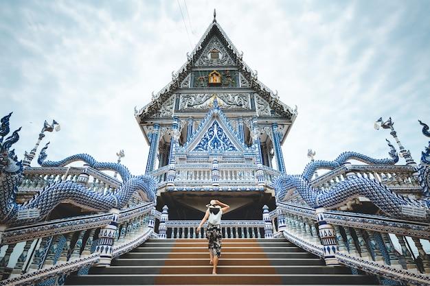 Donna di viaggio e tempio thailandese