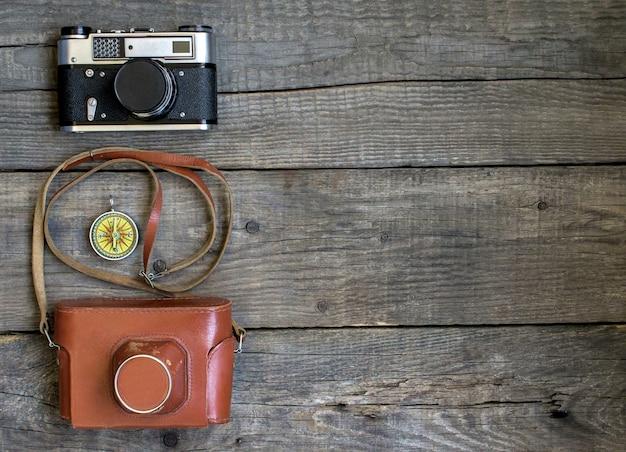 Viaggio, fondo in legno, macchina fotografica, bussola