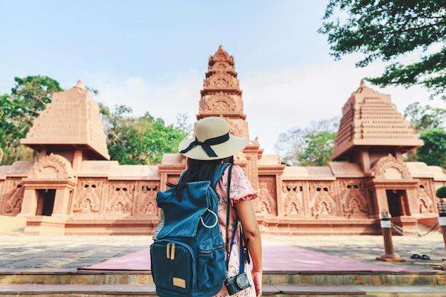 Donna asiatica del viaggiatore con la macchina fotografica e zaino in kanchanaburi tailandia