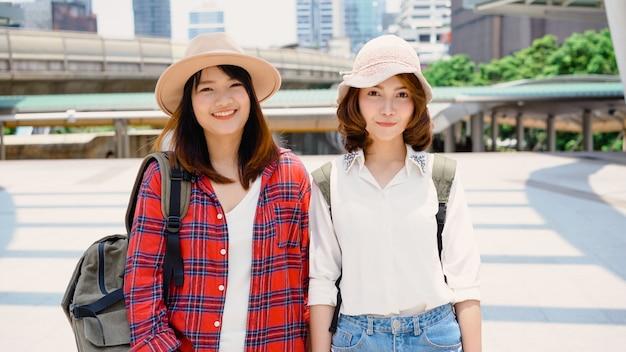 Viaggiatore zaino in spalla donne asiatiche coppia lesbica lgbt viaggio a bangkok, thailandia
