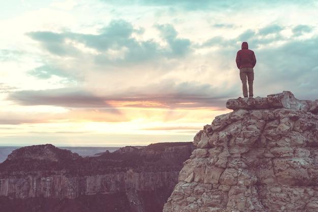 Viaggiatore sulle montagne della scogliera oltre il parco nazionale del grand canyon, arizona, usa.emozioni ispiratrici. viaggi lifestyle viaggio successo motivazione concetto vacanze avventura concetto all'aperto.