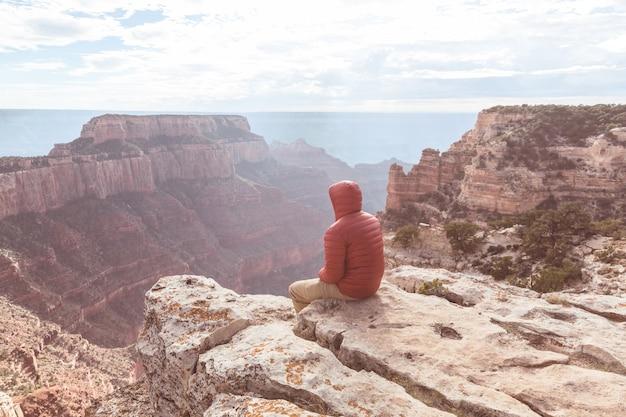 Viaggiatore sulle montagne della scogliera oltre il parco nazionale del grand canyon, arizona, stati uniti.emozione che ispira. stile di vita di viaggio viaggio successo motivazione concetto vacanze avventura concetto all'aperto