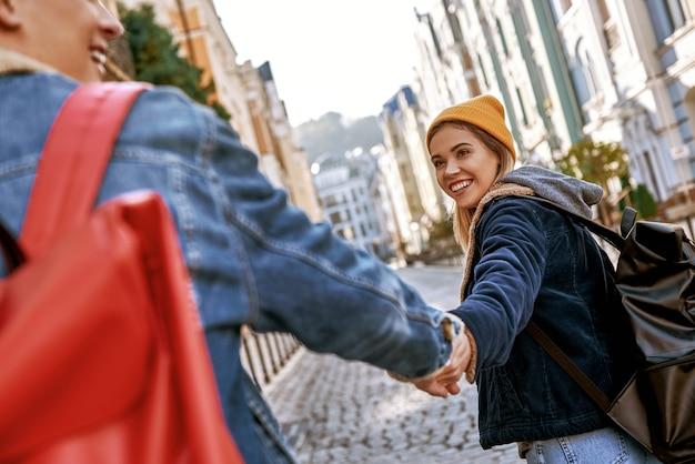 I blogger di coppia di viaggiatori innamorati si godono la vista della vista posteriore della città vecchia