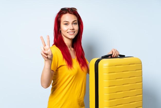 Ragazza del viaggiatore che tiene una valigia