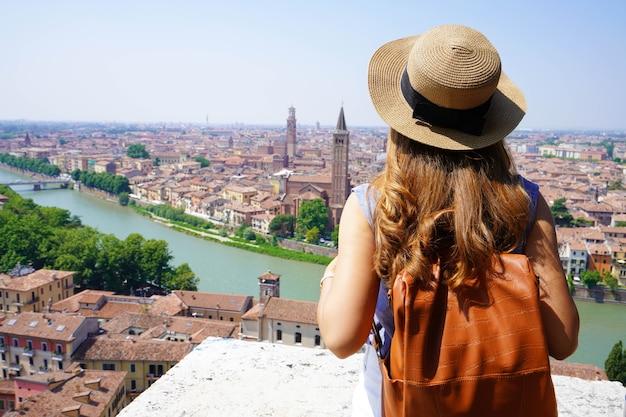 Ragazza viaggiatrice a verona, italia. backpacker godendo di visitare l'europa. giovani turisti che viaggiano da soli.