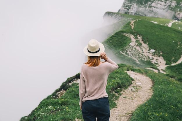 Viaggiatore o escursionista in montagna monte mangart nelle alpi situate tra l'italia e la slovenia