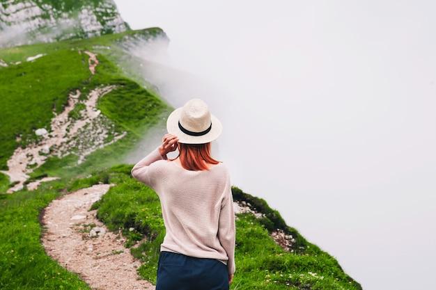 Viaggiatore o escursionista in montagna concetto di stile di vita di libertà di viaggio