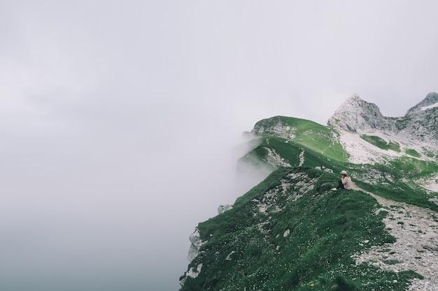 Viaggiatore o escursionista in montagna