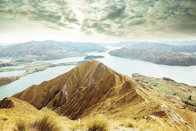 Viaggiatore che fa un'escursione nel picco di roys. nuova zelanda. lago wanaka