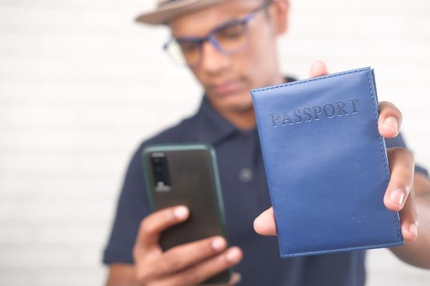 Viaggiatore in possesso di un passaporto e smart phone