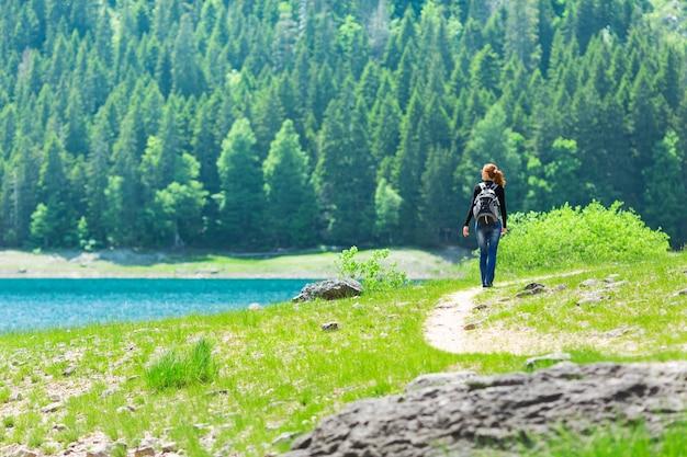 Viaggiatore di fronte a vista lago e montagne