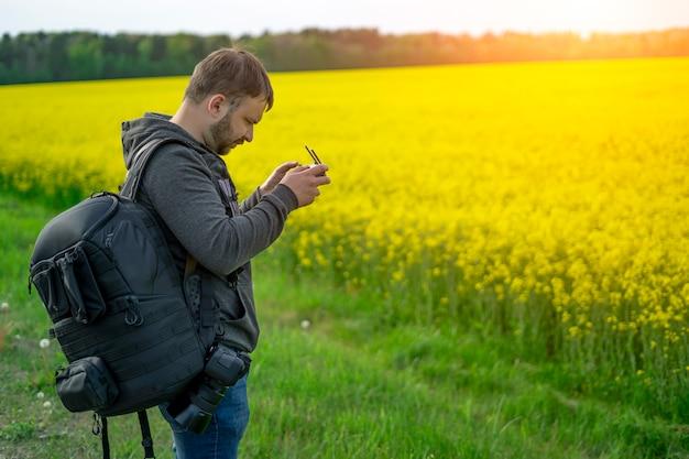 Il viaggiatore lancia il quadricottero con il telecomando in mano