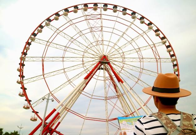 Viaggiatore che guarda fino alla ruota panoramica alta 80 metri su batumi boulevard batumi georgia
