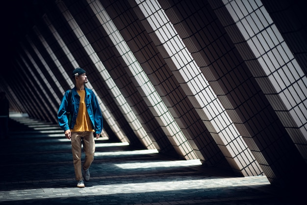 Uomo viaggiatore a hong kong