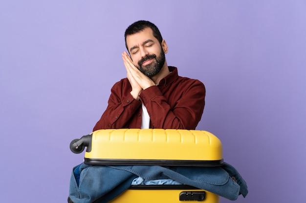 Uomo del viaggiatore in posa